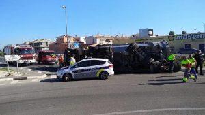 Herido leve el conductor de un camión de gran tonelaje tras sufrir un aparatoso accidente