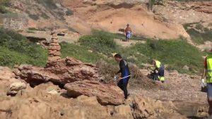 Orihuela limpia por primera vez las calas de Cabo Roig y Aguamarina desde el mar