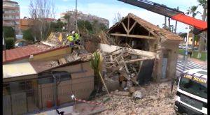 Se derrumba la casa abandonada junto al Mini Golf las Salinas y afecta a parte de su estructura