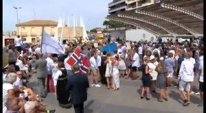 Centenares de noruegos participan en la celebración del Día de Noruega