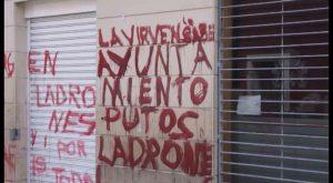 Aparecen pintadas contra el Ayuntamiento de Orihuela en los edificios municipales de la calle Arriba