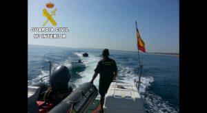 La Guardia Civil localiza y auxilia a 20 inmigrantes llegados a la costa de Guardamar