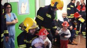 Los bomberos de la Vega Baja hacen sonreír a los niños del Hospital comarcal