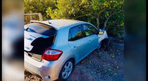 Una conductora choca frontalmente contra un árbol y queda atrapada en el interior de su vehículo