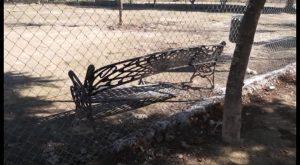 Actos vandálicos obligan a reparar el mobiliario de un parque para animales en Almoradí