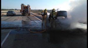 Bomberos de Almoradí extinguen las llamas de un coche que conducía por la AP7