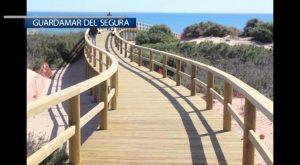 Guardamar abrirá en unos días la nueva pasarela de madera elevada que da acceso a las playas