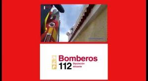 Un voluminoso enjambre de abejas en Los Montesinos obliga la intervención de los bomberos