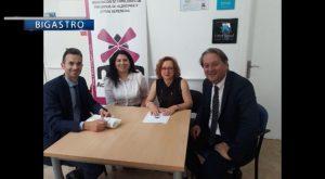 La Caixa dona 6000 E a la asociación de Alzheimer de Bigastro para nuevo vehículo