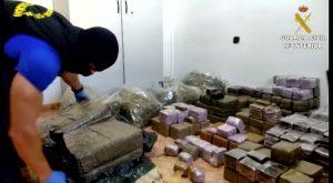 La Guardia Civil detiene en Albatera a un peligroso delincuente con dos armas