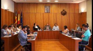 El Pleno de Orihuela aprueba poner coto al uso de plásticos en las fiestas y eventos municipales