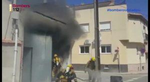 Bomberos del retén de Pilar de la Horadada apagan un peligroso incendio registrado en un almacén