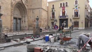 Callosa retira el cableado y adecua el alumbrado de la Plaza de España