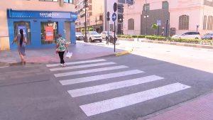 La plaza del Ayuntamiento se tiñe de rojo para acabar con la violencia machista