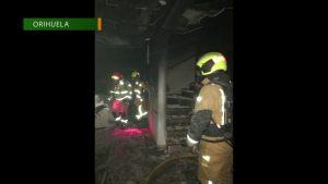 Los bomberos le practican primeros auxilios a un gato atrapado en un incendio de Orihuela Costa