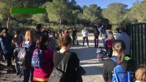 Vecinos de Pilar de la Horadada limpian la ruta de senderismo de Río Seco en el Día de la Educación