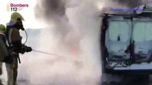 Dos hombres se ven sorprendidos al incendiarse la furgoneta en la que viajaban por la autopista