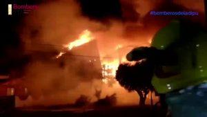 Un monumental incendio arrasa una superficie industrial en Pilar de la Horadada