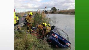 Un coche cae a una balsa tras sufrir un choque con un camión en San Fulgencio