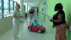 Los pacientes más pequeños toman el hospital sobre ruedas