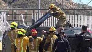 Los bomberos excarcelan a una conductora tras un aparatoso accidente en Orihuela