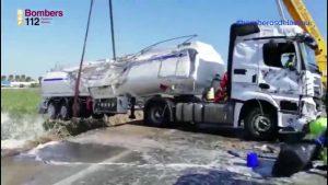 Un camión cisterna cargado de combustible vuelca en la AP7 y moviliza a medios de toda la provincia