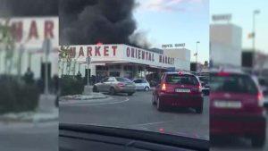 El incendio en un bazar chino de Orihuela Costa moviliza a 17 bomberos de la comarca