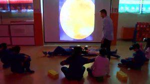 Aprendizaje en tres dimensiones: el colegio Villar Palasí usa gafas 3D para conocer el sistema solar
