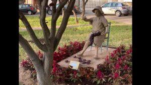Nuevas esculturas en Guardamar y un tractor en una rotonda de Pilar de la Horadada