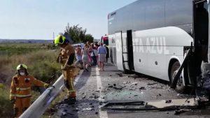 Cae una furgoneta por un barranco tras sufrir un accidente con un autobús