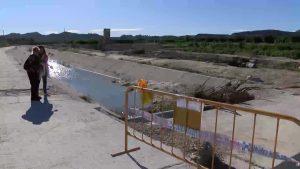 Jacarilla sigue con el canal destrozado dos meses después de las inundaciones
