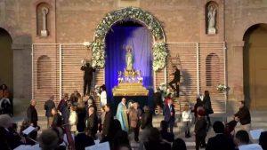Los torrevejenses demuestran su devoción a la patrona en la Ofrenda Floral