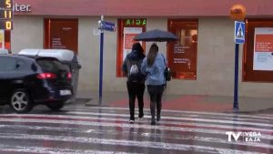"La borrasca ""Gloria"" no da tregua al uso de los paraguas"