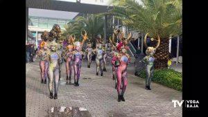 Fitur se llena de música y color con los desfiles del Carnaval de Torrevieja