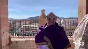 Bendición de la comarca con la Cruz de los Conjuros desde lo alto de la Catedral de Orihuela