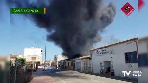 Un incendio en una nave de frutas en San Fulgencio obliga a desalojar cuatro viviendas