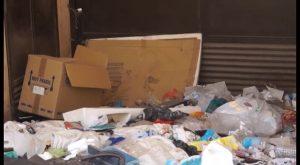 Los vecinos de la calle San José Obrero de Orihuela denuncian la suciedad acumulada en su calle