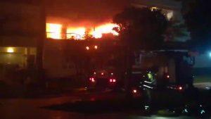 Dos bomberos heridos y una quincena de personas rescatadas en el incendio de un edificio