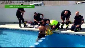 Los bomberos rescatan a un niño de Bigastro cuya pierna había quedado atrapada en una piscina