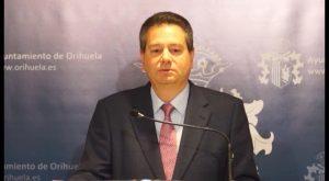 El Consell es expedientado por el Ayto oriolano por no pedir licencia para tapar un escudo franquista