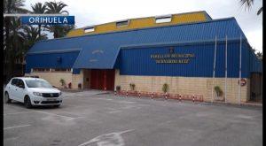 Deportes instala una nueva lona en el pabellón Bernardo Ruiz de Orihuela
