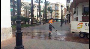 Dolores lleva a cabo un plan especial de baldeo de calles para mejorar la imagen del municipio