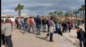 """Distintos colectivos se concentran para """"salvar"""" Cala Mosca, la última playa virgen de Orihuela"""