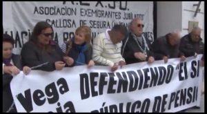 La plataforma por la defensa de las pensiones públicas se encadena en Orihuela
