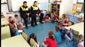 Policías Locales de Guardamar trasladan la importancia de la educación vial a los más pequeños