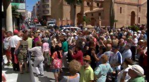 Más de 300 usuarios de centros de la tercera edad protestan ante el ayuntamiento de Torrevieja