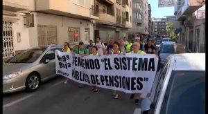 """Una treintena de personas """"marchan por la dignidad"""" desde Torrevieja hasta Guardamar"""