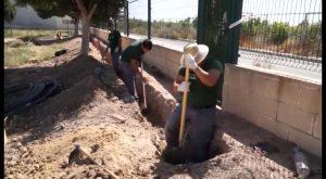 Alumnos de jardinería realizan prácticas en el entorno del polideportivo de Rafal