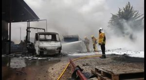 Un incendio calcina la fachada de una fábrica en Cox