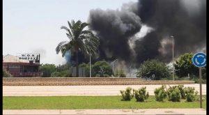Un incendio en Guardamar provoca una intensa columna de humo visible a varios km